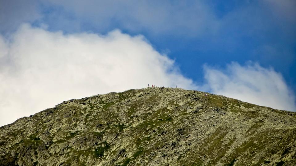 Scrutăm Vf Peleaga de jos de la Bucura. Sunt aproape 500m diferența de altitudine