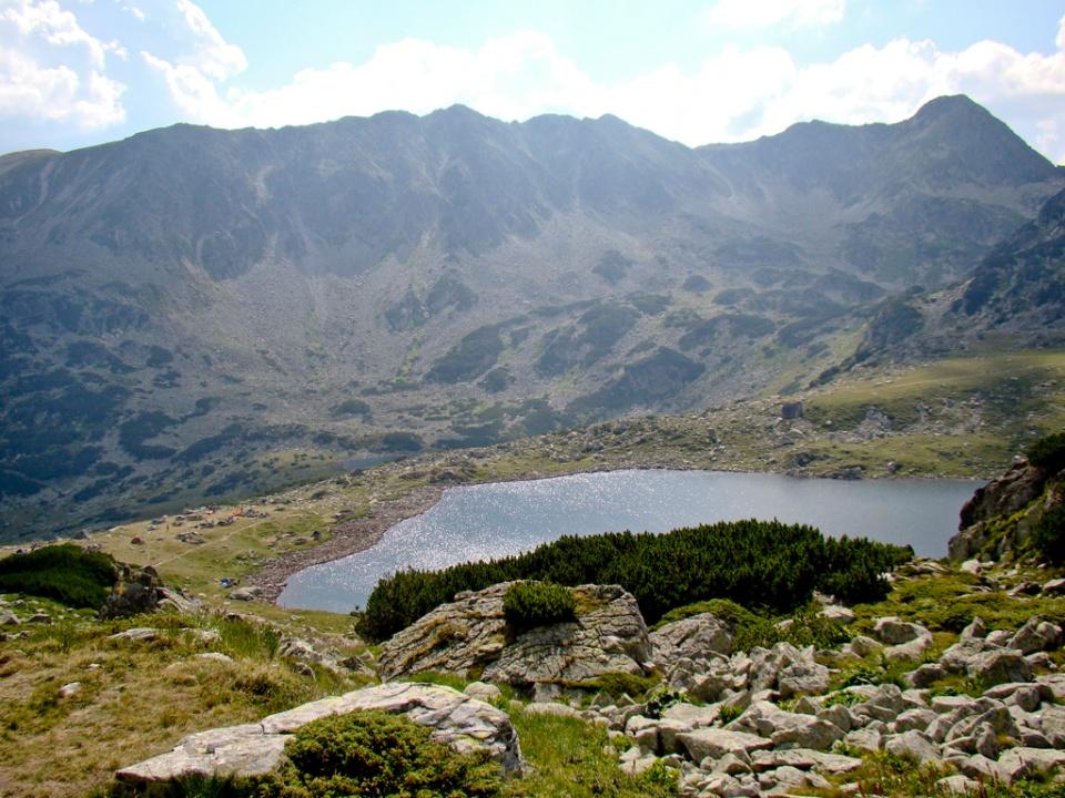 Urcăm spre Peleaga și lăsăm în urmă forfota de la lac