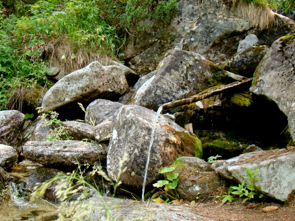 Izvoraș cu apă proaspătă și rece