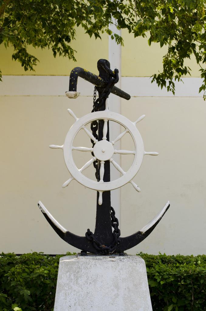 Monument în curtea liceului din Sulina