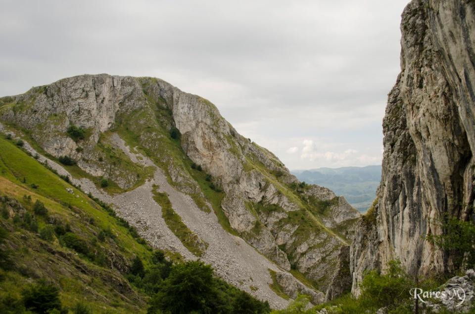 Abrupturile din calcar ale masivului. În partea stângă, Vf. Piatra Secuiului – 1128m