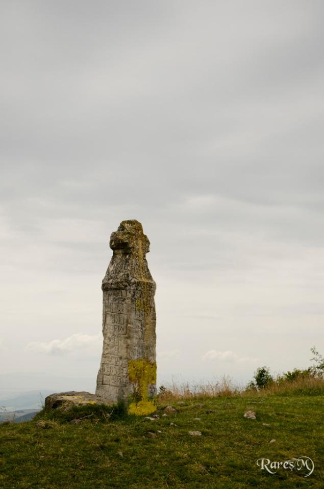 Monument pe traseul spre vârf