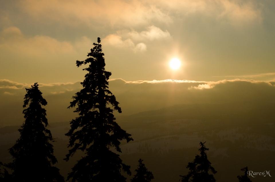 Ne întoarcem din nou privirea spre soare apune